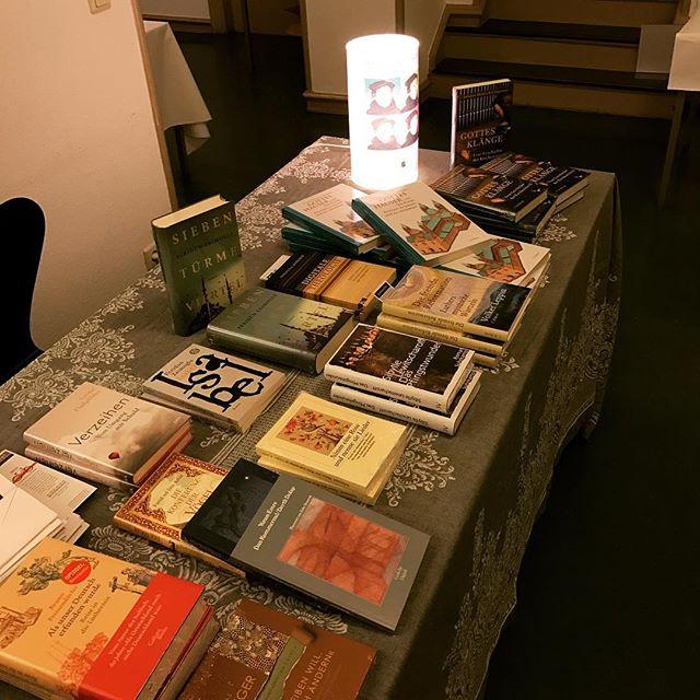 Das ganze Festival auf einem Tisch - unser Büchertisch bei den Martinstagen. #martinstage #mt2016 @stories_hamburg @heinekomm
