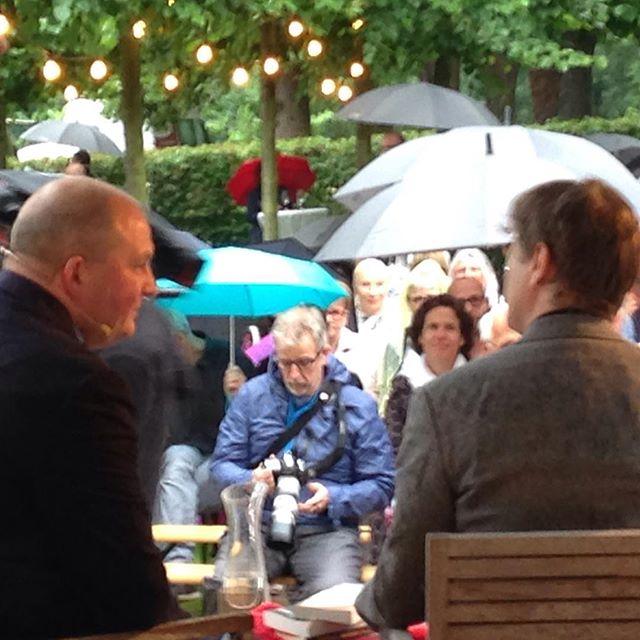 Jörg Thadeusz im Gespräch mit Daniel Kehlmann, von hinten. Kehlmann: