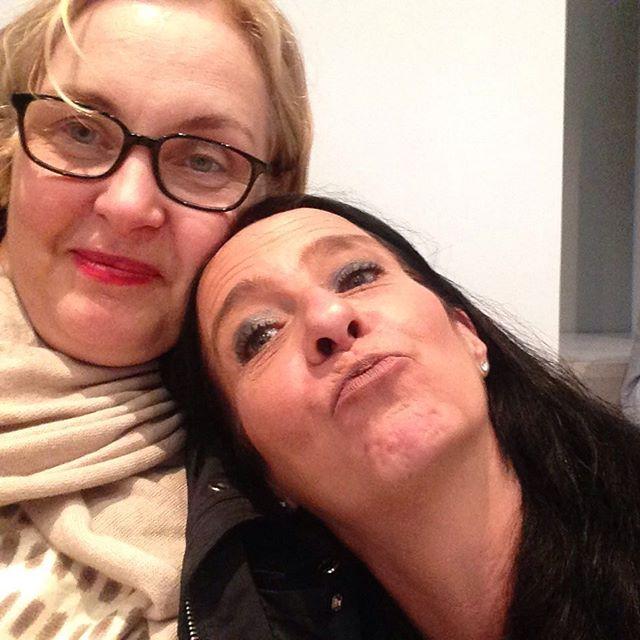 Petra Martenstein und Barbara Heine bei der gewittrigen Open-Air- Eröffnung der #LitPotsdam, nass, aber jetzt sicher in der Villa Jakobs #litpotsdam