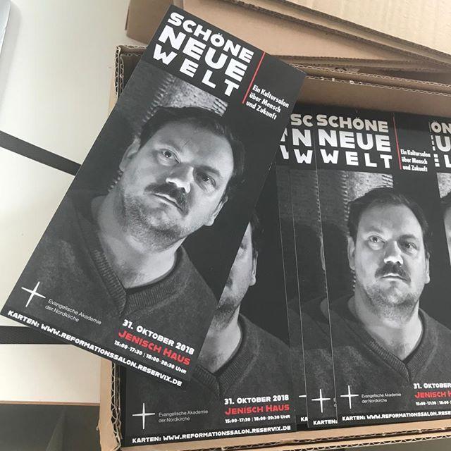Frisch aus dem Druck – unser Flyer für den Zukunftssalon im Jenisch Haus am 31. Oktober mit Charly Hübner und vielen anderen. #charlyhuebner #jenischhaus #zwischen0und1 #evangelischeakademie #zukunft #future #heinekomm