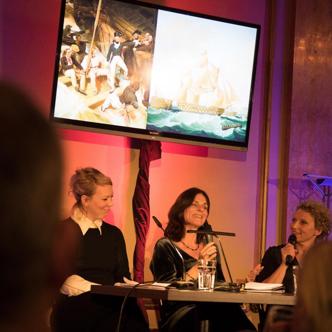 Powerfrauen auf der Bühne: »Prize Papers« im @literaturhaushamburg – #linabeckmann #dagmarfreist #juliawestlake #albrechtsbestebilder #dernordenliest2019 #dnl2019 #ndrkulturjournal #ndrfernsehen #heinekomm