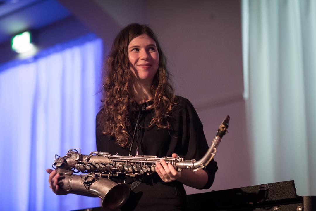 Congratulations! Saxophonistin Anna-Lena Schnabel, die uns bei den Martinstagen 2015 schon so begeistern konnte, bekommt 2017 den Echo Jazz in der Nachwuchskategorie. Nach Ausnahmegitarrist Giovanni Weiss ist das nun schon die zweite Echo-Gewinnerin bei diesem Festival. Toll! #annalenaschnabel #echojazz2017 #martinstage #heinekomm