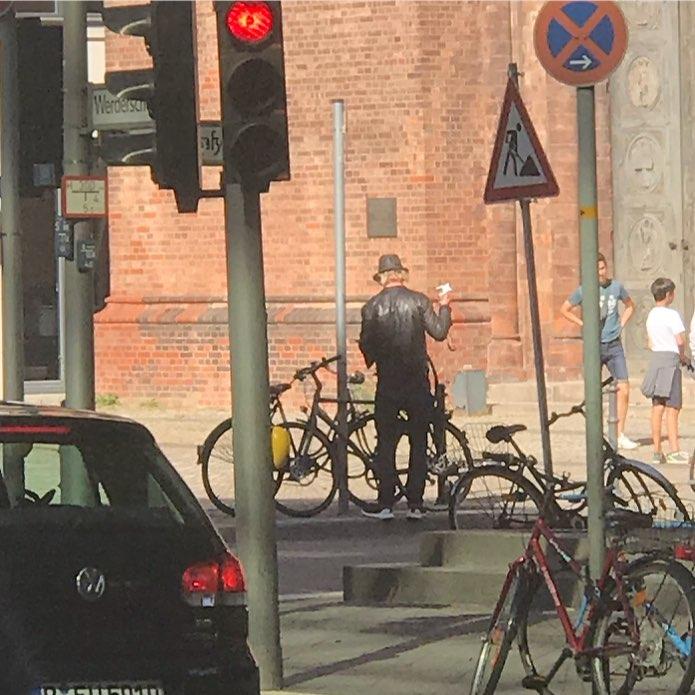 Detlev Buck schließt sein Fahrrad an. #detlevbuck #auswärtigesamt #halloaussenpolitik #paparazzi #heinekomm