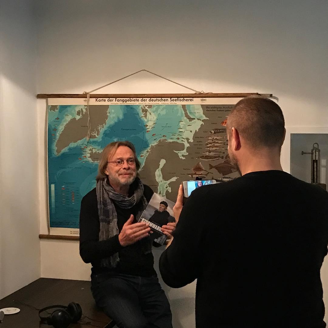 Werkstattbild vor der Veranstaltung - kurzer Aufsprecher für @Kapitän Schwand mit #volkerlechtenbrink und #stefankruecken. #dernordenliest2016 #dnl2016 #ndrkulturjournal #heinekomm #ankerherz #cuxhaven