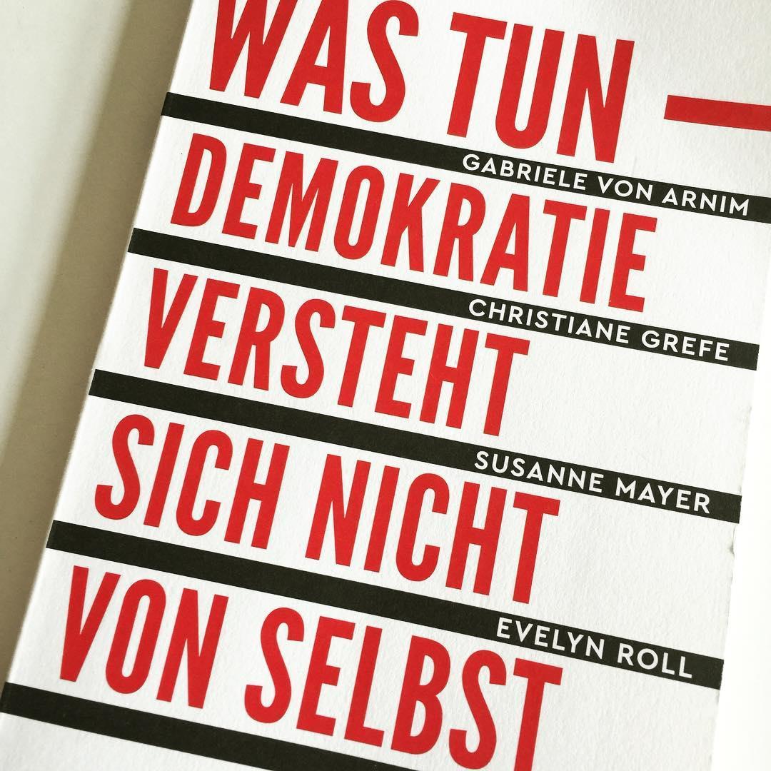 """Wir leben in """"einem globalen Hallraum der Fakten, Berichte, Debatten"""", den wir klug nutzen sollten, sagt @susanne.mayer von der @zeit . #käthchenskantine #martinstage #kunstmann #demokratie #heinekomm  #nordkirchen #st.katharinen"""